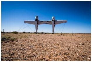 Im Outback gibt es scheinbar schon immer Zeiten in denen die Langeweile vorherrscht. Diese Zeit wird manchmal allerdings zur Schrottverwertung auf australische Art genutzt.