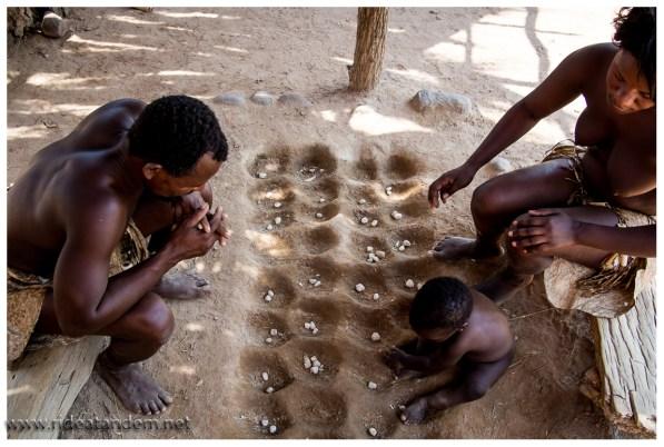 Mit diesem Spiel, eine grosse Variante de Kalaha, wurden Streitigkeiten zwischen den unterschiedlichen Standpunkten ausgefochten, da spielte dann der Häuptling. Klingt irgendwie nach einer besseren Idee als sich die Köpfe einzuschlagen.