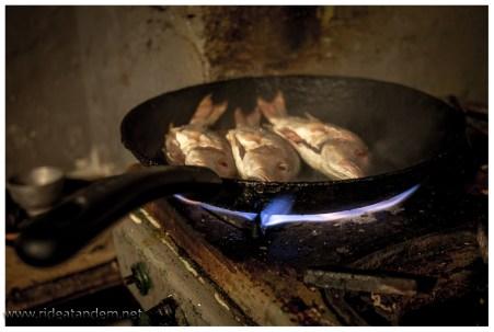 Einfachstes Geschirr, aber das Essen schmeckt.