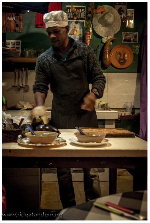 Vladimir ist ein Wirbelwind in der Küche und hat schon weltweit gekocht, also Russland und DDR (oder so ähnlich)