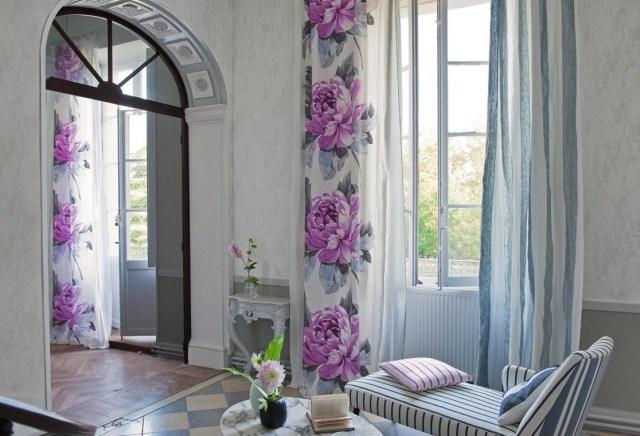 Des rideaux fleuris pour un salon romantique chic