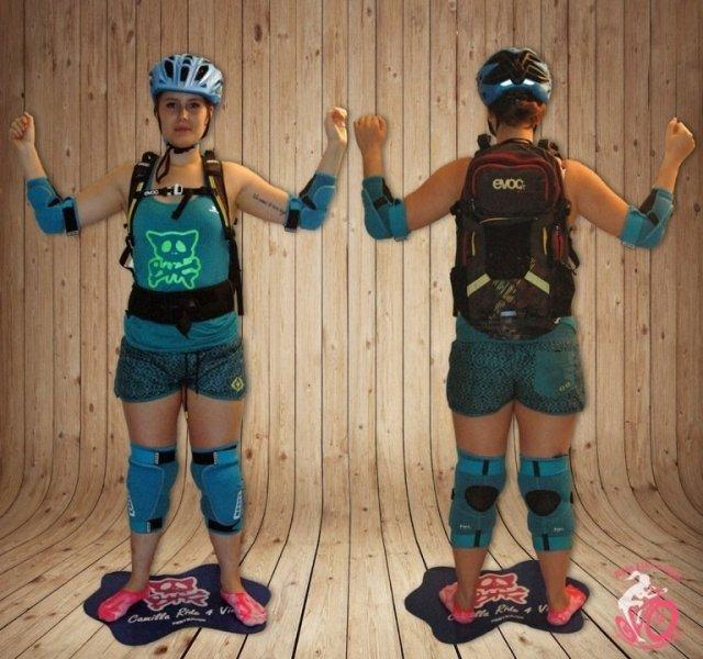 Camilla indossa protezioni da bici enduro
