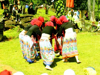 Tarian MAN 1 Cianjur dalam Pagelaran Seni Budaya di Situs Gunung Padang Desa Karyamukti, Kecamatan Campaka Cianjur, Jawa Barat