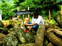 Seorang Bapak Menuntun Balita di Situs Gunung Padang Desa Karyamukti, Kecamatan Campaka Cianjur, Jawa Barat