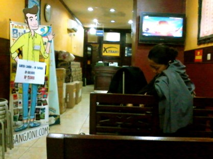 Suasana di dalam ruang pick-up point XTrans Semanggi. Hotel Kartika Chandra, Jalan Gatot Subroto Kav. 18, Setiabudi, Jakarta Selatan