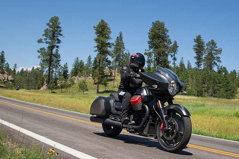 2017 moto guzzi mgx 21 flying fortress first ride review rider magazine. Black Bedroom Furniture Sets. Home Design Ideas