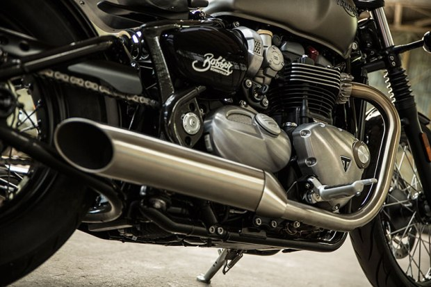 The Bonneville Bobber has slash-cut, sawed-off peashooter mufflers tuned for a raw, thrilling sound.