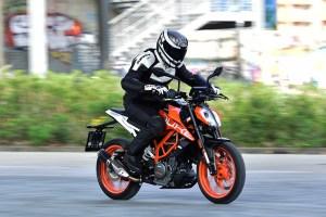 2017 KTM 690 Duke action