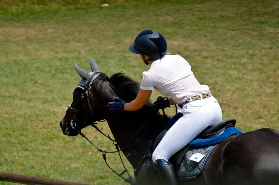 camilla oddone accarezza il suo cavallo