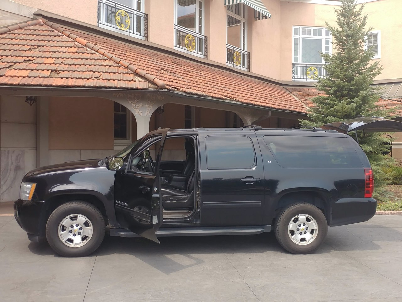Black SUV outside The Broadmoor after a ride from Denver International Airport (DIA)