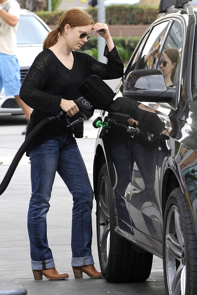 Amy+Adams+gets+gas+EjUlMmT4nsix