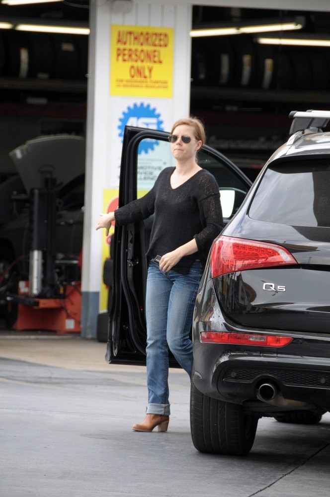 Amy+Adams+gets+gas+Mp7PwUxkxk6x