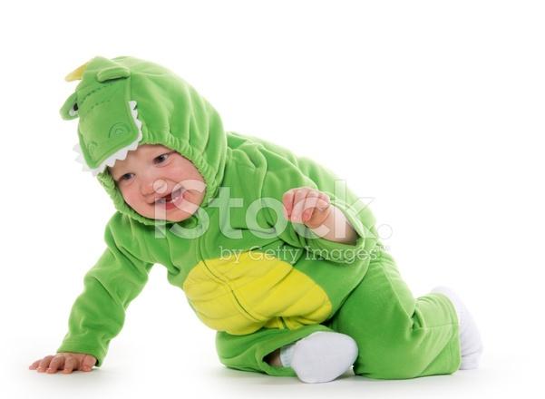 Anak kecil berkostum buaya
