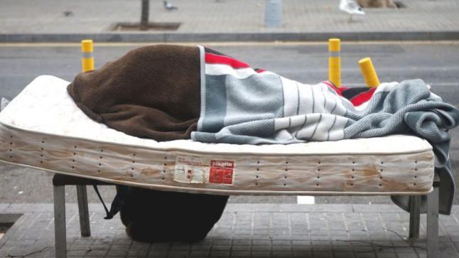 فاجعـة.. القصة الكاملة لوفاة مغربيّيْن بالشارع بسبب البرد في برشلونة