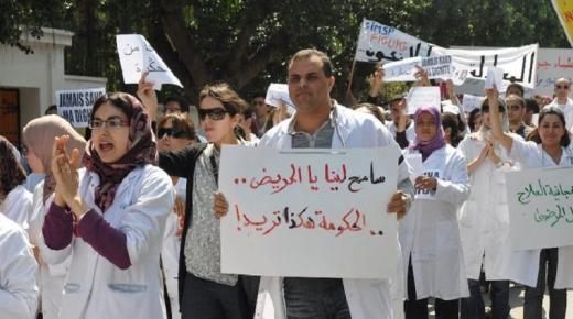 """احتجاجات وإضراب عن الطعام.. """"أساتذة الشهادات"""" يصعّدون ضد الوزارة"""