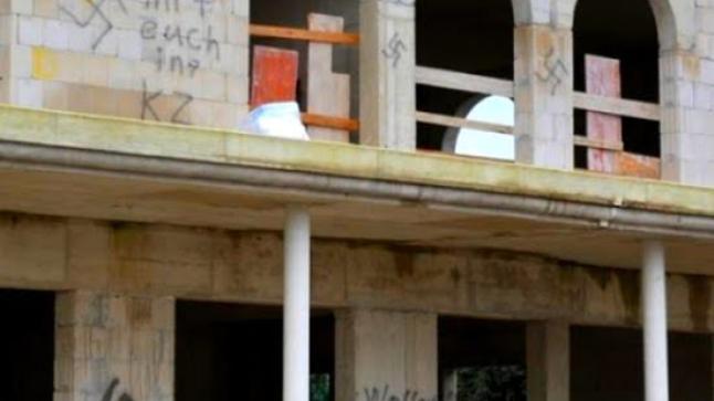 ألمانيا: تدنيس واجهة مسجد في طور البناء بشعارات ورموز نازية بمدينة دورماغن