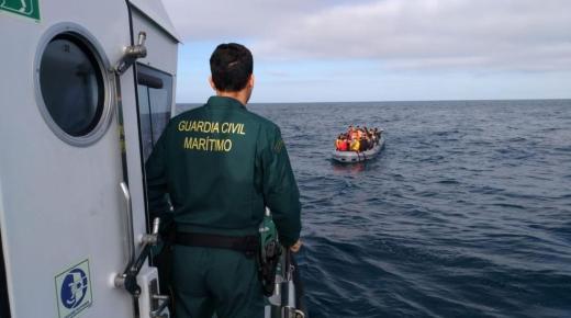 بينهم سيدتين .. البحرية الإسبانية تعترض 18 مهاجرا بسواحل سبتة