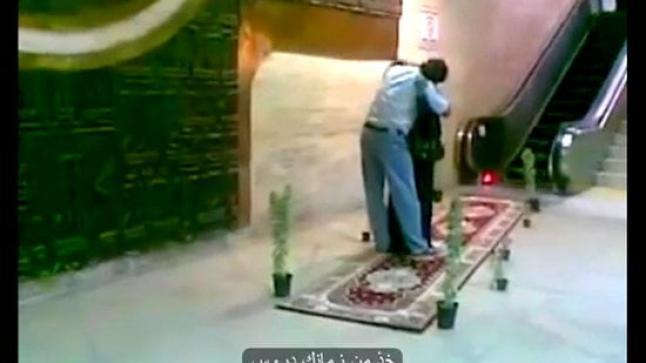 شاب يفرش لأمه السجاد الاحمر في مطار الرياض.. مشهد مؤثر