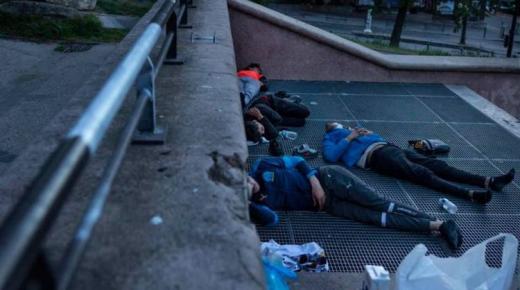 صحيفة تنشر صورةً لحراكة مغاربة ينامون أسفل برج إيفل وتعلق.. هربوا من اليأس ووجدوا الأسوأ