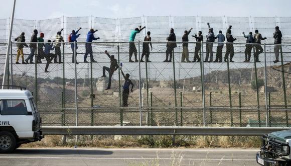 تفاصيل محاولة اختراق 150 مهاجرا للسياج الحدودي لمليلية المحتلة