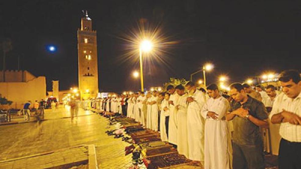 """دولتان إسلاميتان تقرران منع صلاة """"التراويح"""" و7 بلدان تسمح بإقامتها وسط تدابير مشددة"""