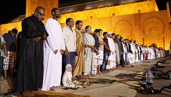 السماح بإقامة التراويح.. رجال أمن يطلبون من المواطنين الصبر على الحظر حتى يوم الجمعة القادم!!