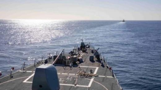 """مُدَمِّرَة أمريكية مع الفرقاطة العسكرية """"علال بن عبد الله"""" تناوران في سواحل المغرب"""