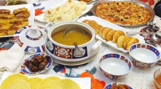 نشر صور موائد الإفطار.. سلوك عادي أم هوس!!
