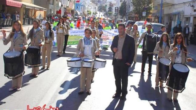 """مسيرة """"كرنفالية"""" احتفالية بعمال النظافة بالحسيمة (صور)"""