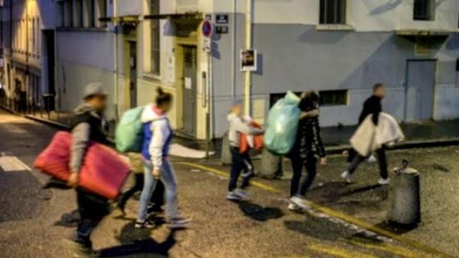 باريس تتواصل مع الرباط لترحيل أطفال مشرّدين في شوارع فرنس