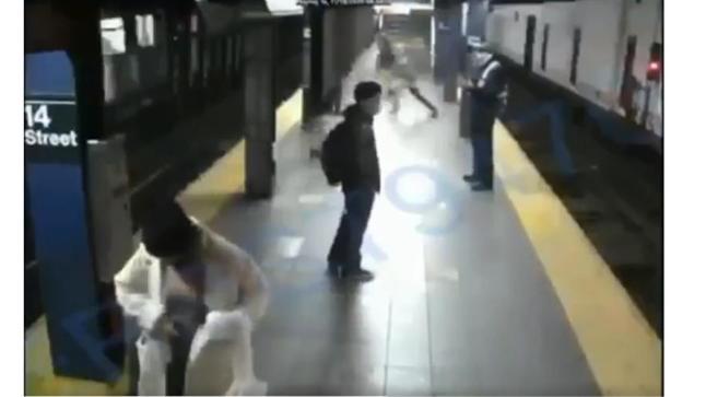 بالفيديو.. شاب يدفع امرأة تحت عجلة القطار والمثير أنها نجت من الموت