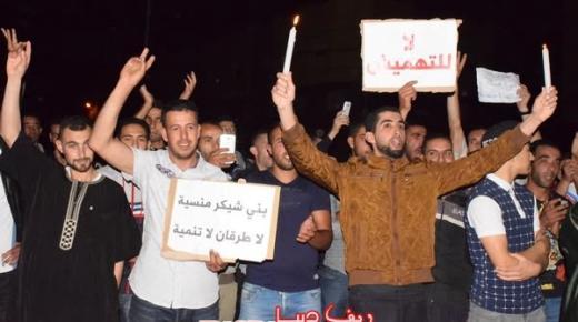 ساكنة بني شيكر تخرج للإحتجاج تضامنا مع معتقلي الحراك الشعبي وتطالب برفع التهميش والإقصاء (فيديو وصور)