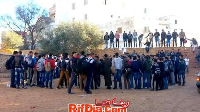 يتوعدون بالتصعيد .. تلاميذ ثانوية محمد الخامس بإبن الطيب يقاطعون الدراسة ويحتجون على وضع المؤسسة