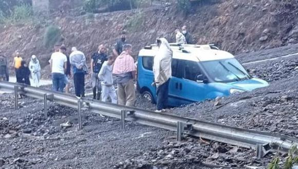 السيول تجرف سيارة أجرة على الطريق الساحلي الرابط بين تطوان و الحسيمة