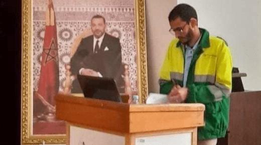 """صور لطالب يناقش رسالة الدكتوراه بزي عمال النظافة """"تغزو"""" وسائل التواصل الاجتماعي"""