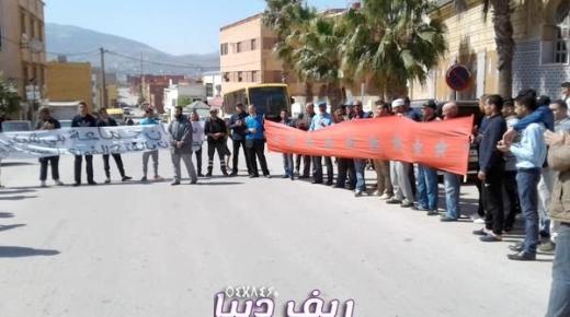 وقفة احتجاجية بمركز جماعة بني شيكر للمطالبة بإعادة فتح مسجد النور