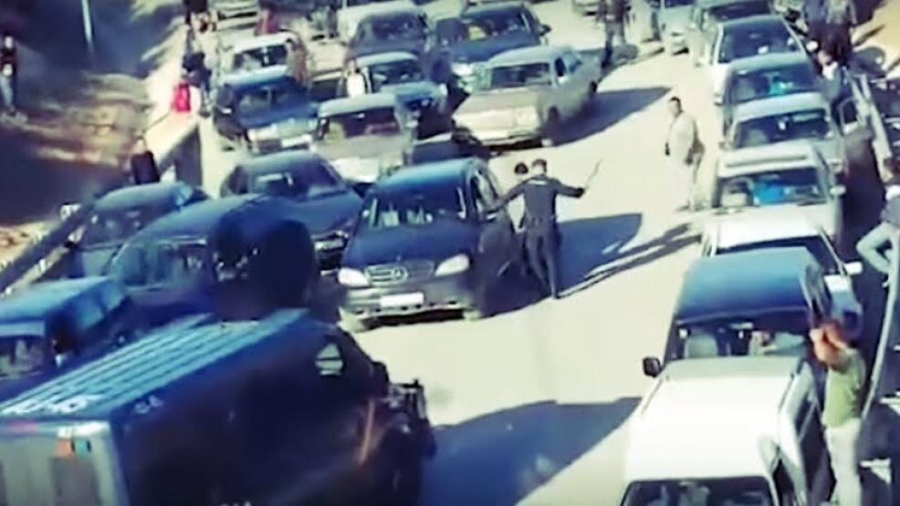 فضيحة حقوقية: شاهد اهانات شرطة مليلية للمغاربة.. اعتداء بالهراوات وتكسير السيارات والسب (فيديو)