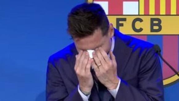 ميسي يبكي أمام زملائه فى بداية المؤتمر الصحفي لوداع برشلونة (فيديو)