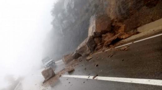 تساقط احجار كبيرة وسط الطريق الوطنية بين الحسيمة وشفشاون