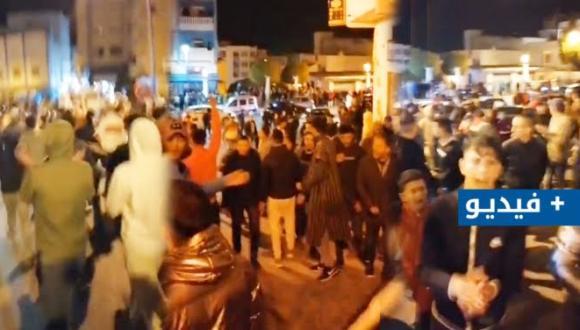 مسيرة عارمة.. مواطنون يحـتـجون ضد قرار الحكومة بمنع صلاة التراويح بالفنيدق (+فيديو)
