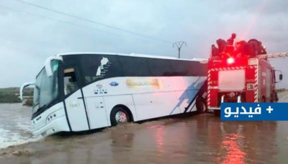 شاهدوا.. السيول تتسبب في انزلاق حافلة لنقل المسافرين