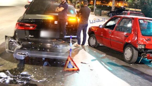 الناظور.. سائق يتسبب في اصطدام ثلاث سيارات أمام الإشارة الضوئية ويلوذ بالفرار (صور)