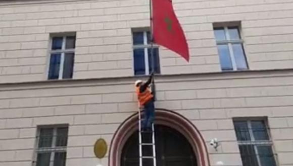 مجهولون ينزلون علم المغرب من سفارة المملكة ببرلين ومغربي يتدخل