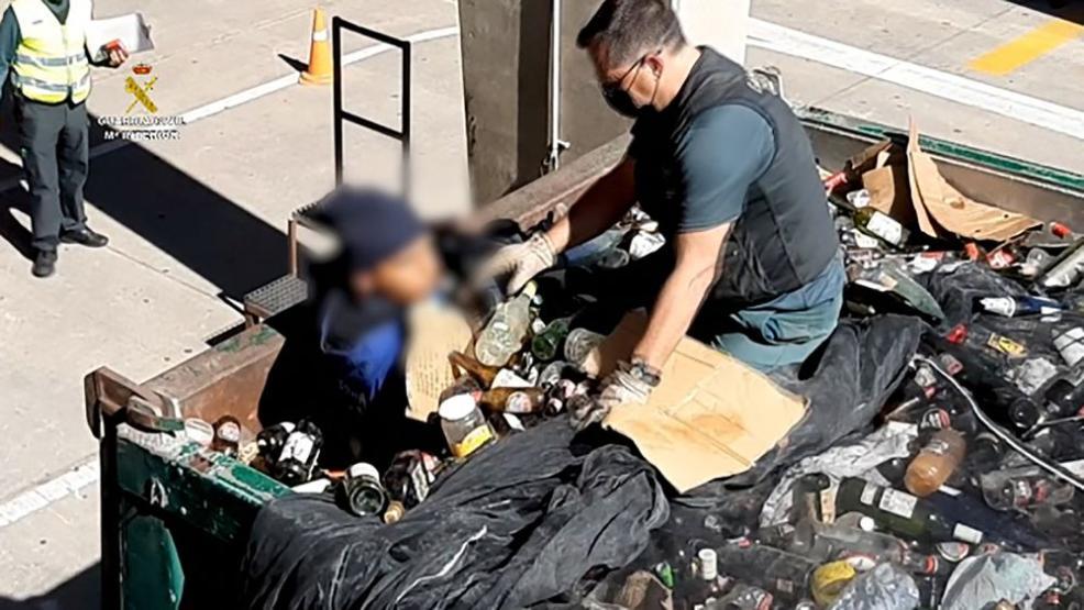شرطة مليلية توقف مهاجرين مغاربة حاولوا الوصول لإسبانيا مختبئين في حاويات نفايات