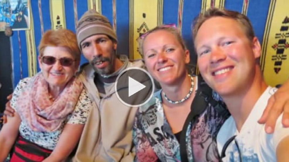 تاجر مغربي يتحدث الألمانية بسلاسة ويصيب ثلاثة سياح ألمان بالدهشة والحيرة (فيديو)