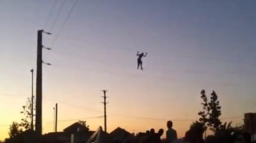 فيديو: مختل عقليا يمشي على اﻷسلاك الكهربائية
