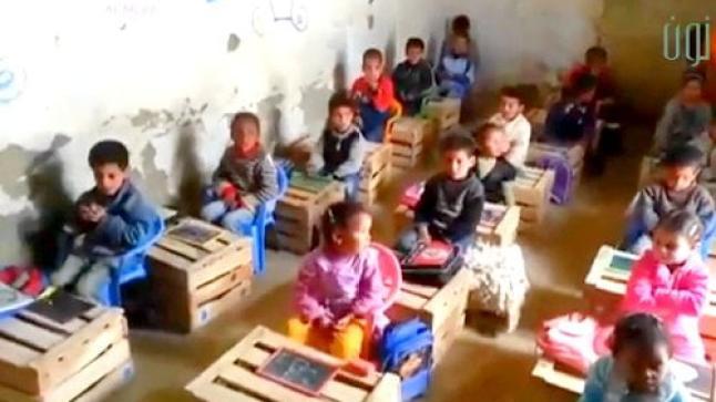 فضيحة بالفيديو: تلاميذ يدرسون على صناديق للخضر والفواكه