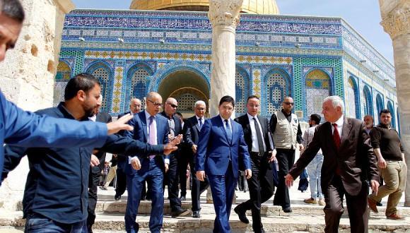 """بوريطة يبدأ زيارته للقدس المحتلة بالصلاة في """"المسجد الأقصى"""""""
