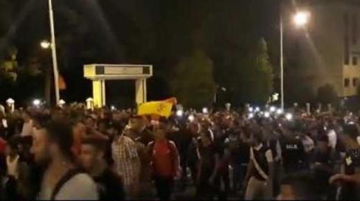 شباب تطوان يطالبون بإسقاط الجنسية المغربية ويرفعون العلم الاسباني (فيديو)