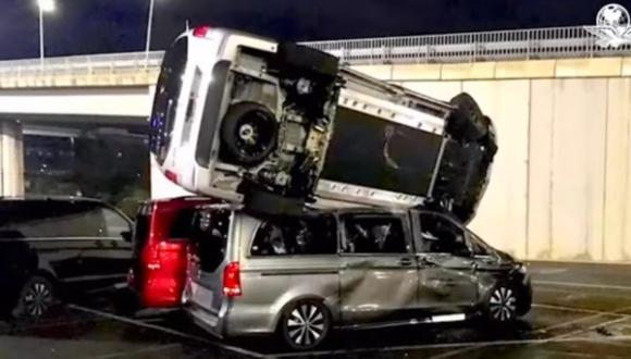 """بالفيديو: موظف سابق في شركة """"مرسيدس"""" يحطم أزيد من 50 سيارة والخسائر بالملايين"""